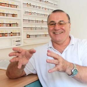 Heilpraktiker Markus Schweizer in seiner Naturheilpraxis